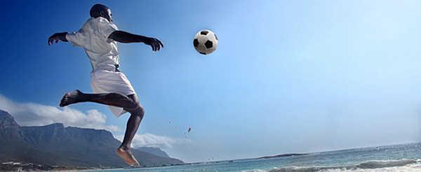Soccer player on the beach of Cape Town / Fußballspieler am Strand von Kapstadt