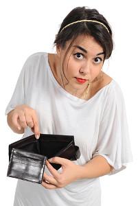 Young woman opening empty coin purse / Junge Frau, die eine leere Geldbörse öffnet