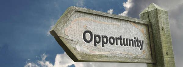 Opportunity Old Wooden Sign with Turbulent Background / Opportunity (Gelegenheit) Wegweiser mit turbulentem Hintergrund