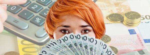 Woman holding bank notes close to her face with a calculator and bills in the background / Frau hält Banknoten an ihr Gesicht mit Taschenrechner und Rechnungen im Hintergrund